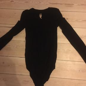 Flot helt sort bodystocking med mønster og mønster bag på.