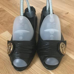 Gucci ballerina, peeping toe, i sort læder.  Størrelsen er 37½.  Gucci nummer: 1446 37½ C  Kom med et bud!