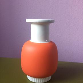 Fin lille hvid og orange vase fra Norman Copenhagen.  Ca. 16cm i højden og 9cm i bredden.  Byd gerne!  Kan hentes på Vesterbro ellers betaler køber fragt :)