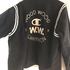 Wood Wood x champion jakke Str L  Mp 1200 Bin 1700  I meget god stand