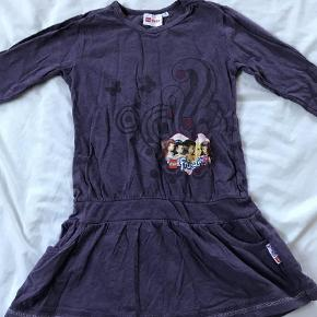 Varetype: Kjole Farve: Lilla  Skøn kort Lego Friends kjole med fint mønster, lommer og alle Lego Friends pigerne, str 116. Gmb - i meget fin stand.   Mp 40pp