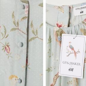 GP&Baker x H&M midi kjole i strukturvævet viskose. Kjolen har korte raglanærmer og lukkes med beklædte knapper på ryggen. Er skåret i taljen og har læg foran.  Brugt og vasket en enkelt gang. Limited edition - udsolgt online.