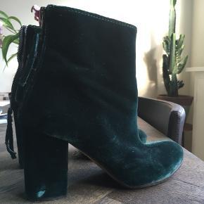 Fin højhælede sko, i str 38,5. Ny pris 2495kr kom gerne med bud :)