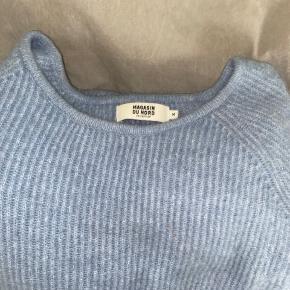 MAGASIN TRØJE. Trøjen er super blød og brugt få gange Der er ingen tegn på slid Materialer:  - 43% nylon -20% polyacryl - 19% mohair - 13% uld - 5% spandex