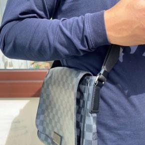 Vintage LV taske fejler intet en smule slid på mærket ellers ingen ting. Ny pris 9.500