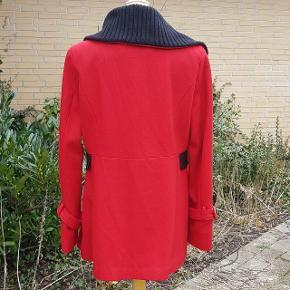 Mærket er Black Rivet og den er købt på ferie i USA. Frakken er 59 % uld og 41 % polyester,  foret er 100 % polyester.  Der er mange fine detaljer. Lommeklapperne er til pynt, der er ingen lomme.  #30dayssellout
