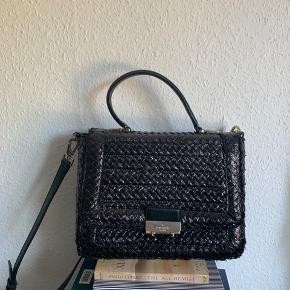 Flot taske fra Kate spade. Tasken er lavet af flet.  Købt i Paris for 1 år siden. Brugt få gange  Mål;  Højde: 22 cm Bredde : 28cm  Dybde(i bunden):12 cm