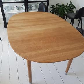Brand: Brødrene Andersen Varetype: spisebord Størrelse: h72 L157 B110 Farve: eg / sæbe Oprindelig købspris: 17000 kr. Prisen angivet er inklusiv forsendelse.  Bordets høje finish og ekstremt grundige forarbejdning og behandling af træet, gør at bordet er nemt at vedligeholde i dagligdagen.  Bordet har som standard udtræk til 3 plader, der er 1 plader.