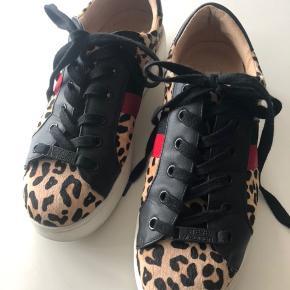 Fine sneakers med dyreprint.