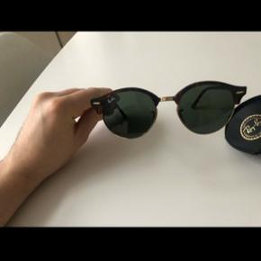 Hej  Jeg sælger min solbriller, da jeg ikke kan bruge dem grundet der ikke er styrke i glassene  Har brugt dem 1 gang og de har ingen tegn på slid  https://www.zalando.dk/ray-ban-solbriller-grey-ra254e00x-c12.html?size=51&wmc=SEM450_NB_GO._7584348957_702712754_56742595624.&opc=2211&gclid=CjwKCAiA8K7uBRBBEiwACOm4d2LW1QMyEOajZqhIhQjAn9iseV91bSsETZpOLP1ykssVZjXCVvoAXxoCP5cQAvD_BwE&gclsrc=aw.ds    Vi kan godt blive enige om at de 900 er inkl. fragt
