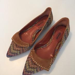 Brugstegn på sål men ellers fremstår skoene næsten som nye. Det er tekstil og ruskind.