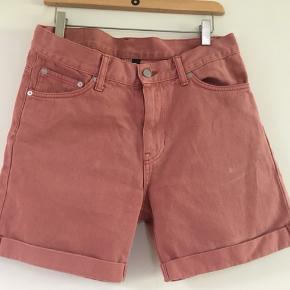 Shorts fra Weekday str. 30 sælges. Se også mine andre spændende annoncer, da jeg bl.a. sælger ud af jeans og shorts fra bl.a. Superdry, Weekday og Gabba😊  Tag:  Shorts  Weekday Str. 30