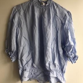Smuk bluse med peplum effekt. 100% viskose