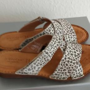 Super lækre sandaler fra relaxshooe sælges for 250 kr de er skind.