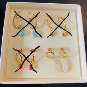 Smukke Izabel Camille øreringe med vedhæng i forgyldt sterlingsølv. De er i meget flot stand. Pris per par er 150 + porto.   Bytter ikke.  Det er kun dem nederst til højre, der er til salg. Resten er SOLGT.