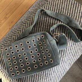 Super fin Hvisk Luster taske i blåt ruskind.  Kun brugt 1-2 gange💙 Tasken har aftagelig rem, så man kan skifte den ud og give den et nyt udseende!