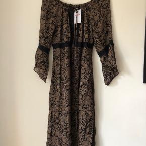 Vintage smuk kjole med 90'er print fra H&M 🌺 Der står ikke størrelse i, men den passer alt fra S-L alt efter ønsket pasform. (Jeg er selv en 36/38 og er 1.80 høj). Købt Online fra Veras.