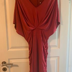 Lækker blød ny kjole som falder smukt.  70% modal, 30% polyester Ny med prismærke
