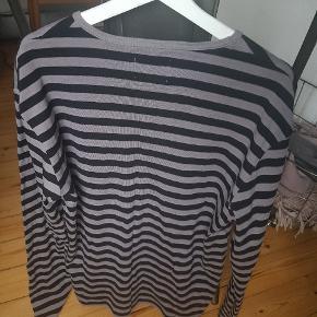 Fin bluse uden tydelige brugspor fra Mads Nørgaard i 100% bomuld. Fitter ret tæt og svarer derfor til en lille XL