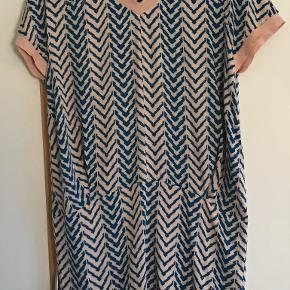 Yndig, lækker kjole. Måler fra ærmegab til ærmegab 54 cm. Længden 90 cm. 100 % viscose.