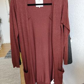 Lang cardigan i flot rødbrun farve