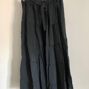 Mørkegrå maxi nederdel fra Copenhagen Luxe i str. L/XL Bemærk dens to bånd trænger til at blive fikset derfor prisen