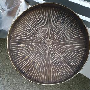 Fint bord fra Billig Blomst bolig  Har stået udenfor, så skal bare have en våd klud. 50 cm diameter