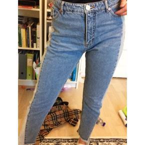 Monki kimomo bukser, næsten aldrig brugt, str 28.Siderne er i skinnende stof. Sælges for 180 inkl fragt.