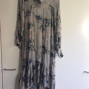 Elegant kjole med tilhørende underkjole.  Kan afhentes i KBH K eller Brønshøj. Sender også dog med tillæg til prisen.