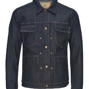 Eksklusiv denim jakke fra Royal Denim Division med fede detaljer. Passer en str. M. Kan også bæres af kvinder.  Byd gerne!! 🙋 Rabat ved køb af flere produkter - alt skal væk🌻  Skriv for flere billeder og information💌
