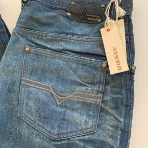 Cool jeans i lækker vask. Aldrig brugt - stadig med mærke. En model der er lidt loose foroven.