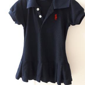 Marine blå kjole. Den er lidt fnulret, derfor den billige pris, men kan sagtens bruges.