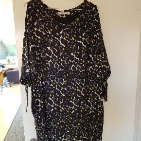 Super fin kjole i lidt oversize størrelse. Ærmerne er med kig til huden og bindebånd forneden på ærmet. Virkelig god stand.