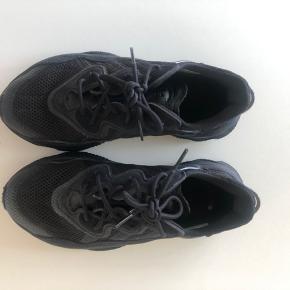 Adidas Ozweego brugt er par gange, så de fremstår som nye. Ny pris var 1000 kr.