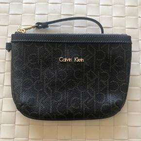 Lille Calvin Klein taske. Perfekt lille taske til lige at have ved hånden, hvis man alligevel kun skal have få ting med. :-)