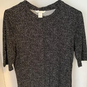 Sort/hvid mønstret t-shirt med 3/4 ærmer og højhals🖤