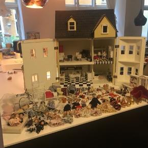 Dukkehus, dukker, møbler og tilbehør. Nogen af tingene er limede