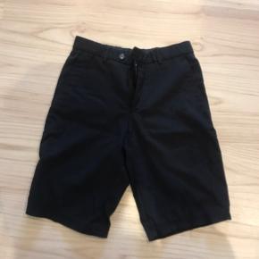 Lange shorts hjemmelavet  Af bertoni bukser Man kan se de er syet ind bag på men bare trøjen går over buksekanten ses det ikke Fitter en s/m