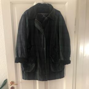 Vintage Burberry Wax Jacket i rigtig flot stand. Perfekt overgangsjakke. Vind og vandtæt. Kan passes af str S/M/L da den kan bæres mere eller mindre oversized. Fast pris.