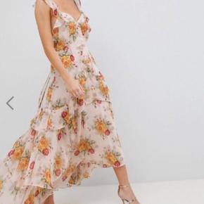 Flot maxi kjole, købt på ASOS - aldrig brugt og har stadig med mærket på.  Stropperne på ryggen kan justeres