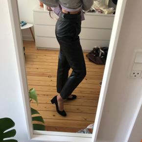 Cool skind/læder vintage bukser Højtaljede.  God ben-pasform ikke for brede ikke for smalle pæne med sneakers eller pænere sko.  Livet er nok en str. 34