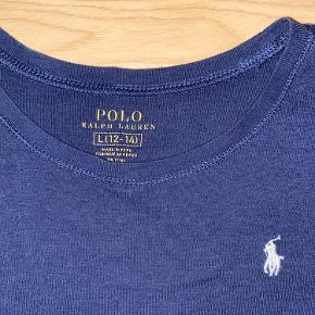 Sælger denne bløde logo t-shirt i str 12-14 år. Ingen tegn på slid.