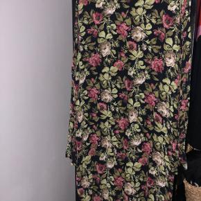 Viskose kjole fra Ganni. Brugt en del men i fin stand.  Byd gerne   Kan afhentes på Østerbro eller sendes på købers egen regning