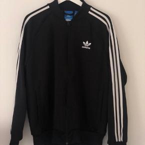 Super fed sweatshirt med lynlås fra Adidas Originals. Sælges da jeg desværre ikke får den brugt.  Byd