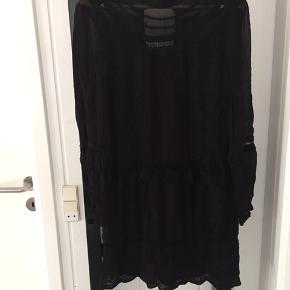 Sort kjole langærmet helt sort (billedet snyder) med kig til ryg