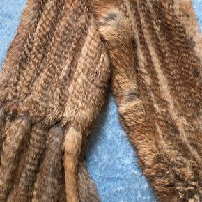 Varetype: Pels Størrelse: ONE SIZE Farve: Brun Oprindelig købspris: 600 kr.  Halstørklæde af ægte kanin, aldrig brugt. Nypris 300 stk. Byd🌸