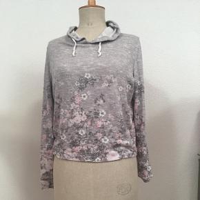 Même pull que le précédent avec les roses mais en gris