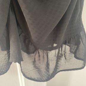 Kjole fra Neo noir med rynkeeffekt. Har aldrig været brugt. Sidder smukt på kroppen.