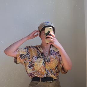 Gul vi tage skjorte med mønster. Den er i god stand. Passes af en størrelse S/M/L. Jeg er selv en størrelse S.