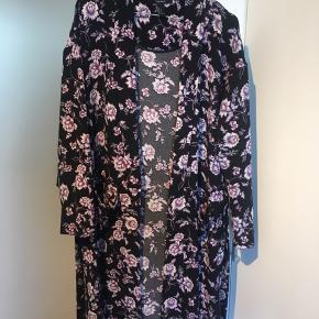 Kimono med slidser i hver side.